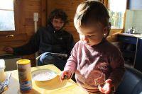Friederike lernt Eier schälen - natürlich erstmal an Wachteleiern